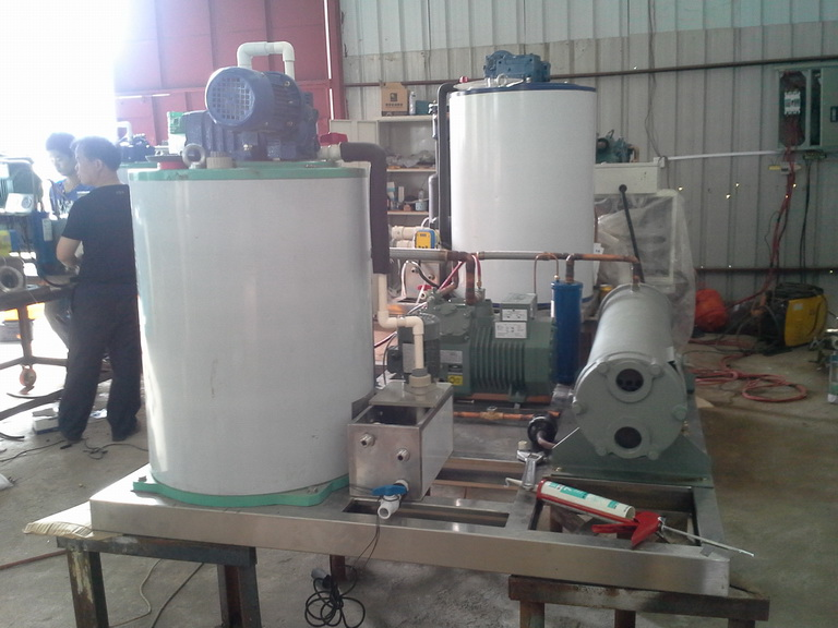 FIFB015M 1.5Ton daily marine type flake ice machine in production